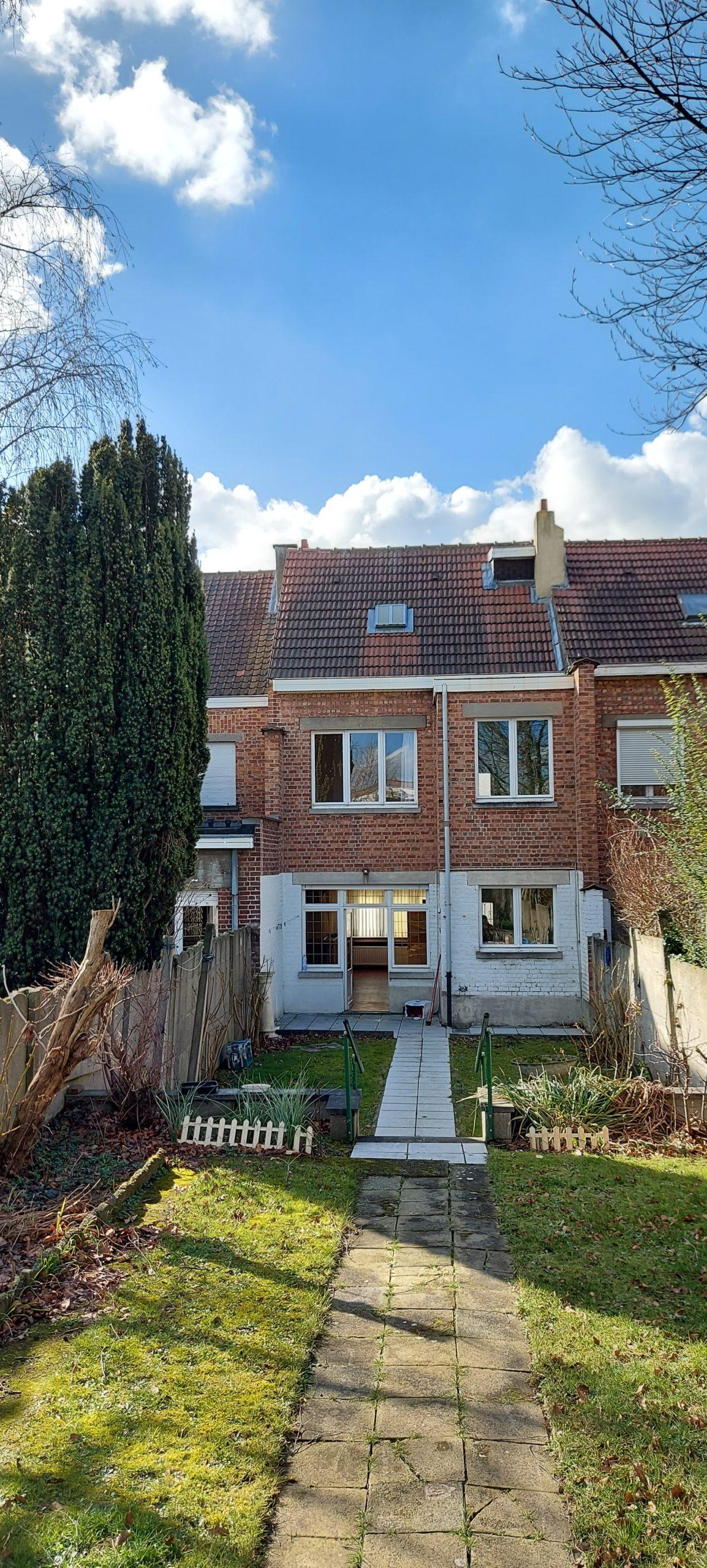jolie maison  S/2 ares 3 chambres grenier aménageable avec grand jardin à rénover