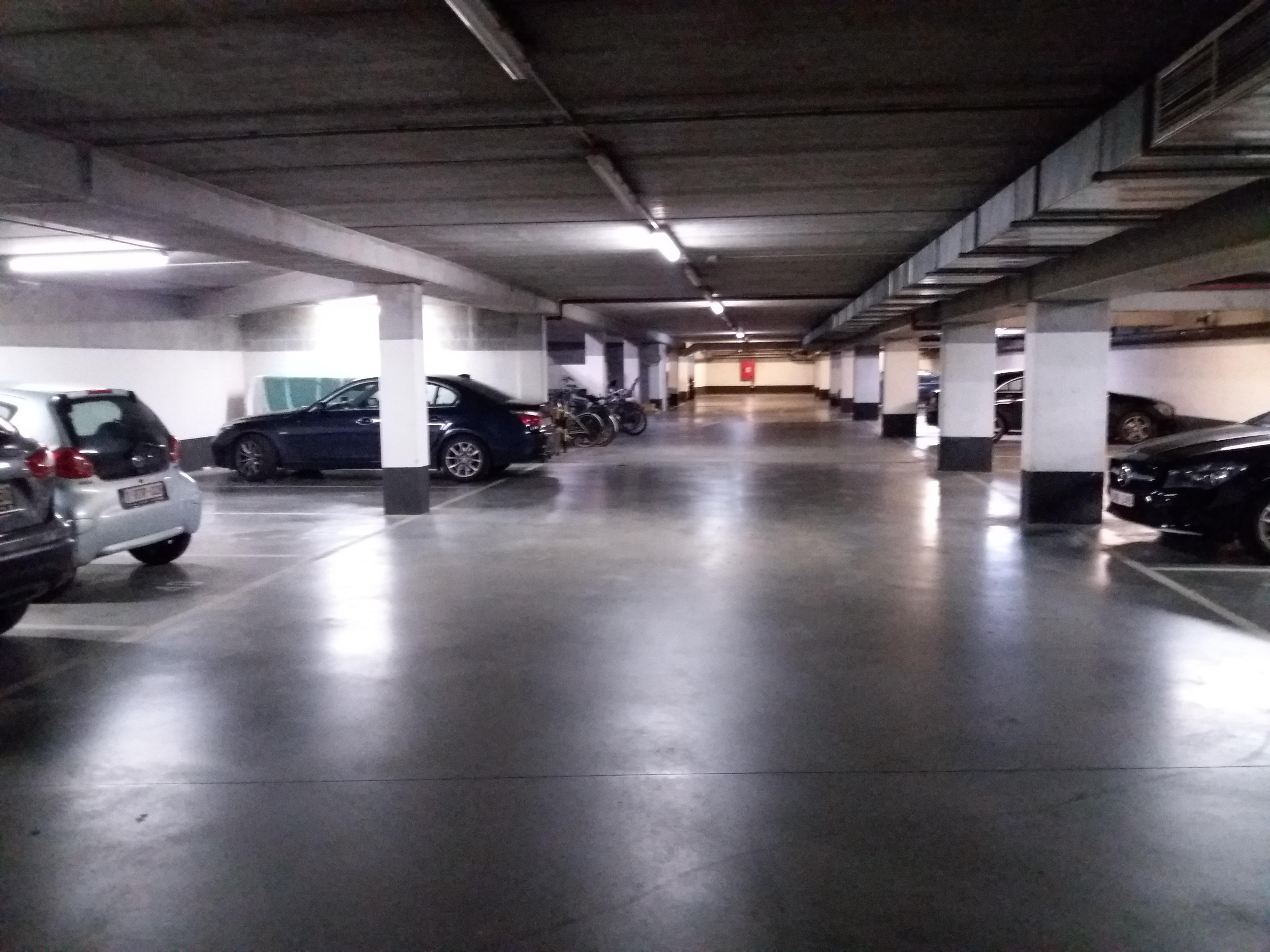 Prox place Rogier grand emplacement parking couvert dans immeuble sécurisé