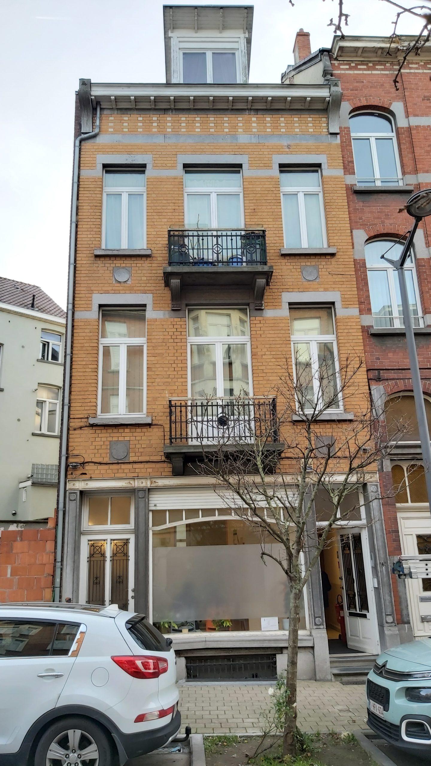 Bel immeuble mixte 240M² comprenant 2 plateaux de bureau libres et 2 appartements 1 ch loués.
